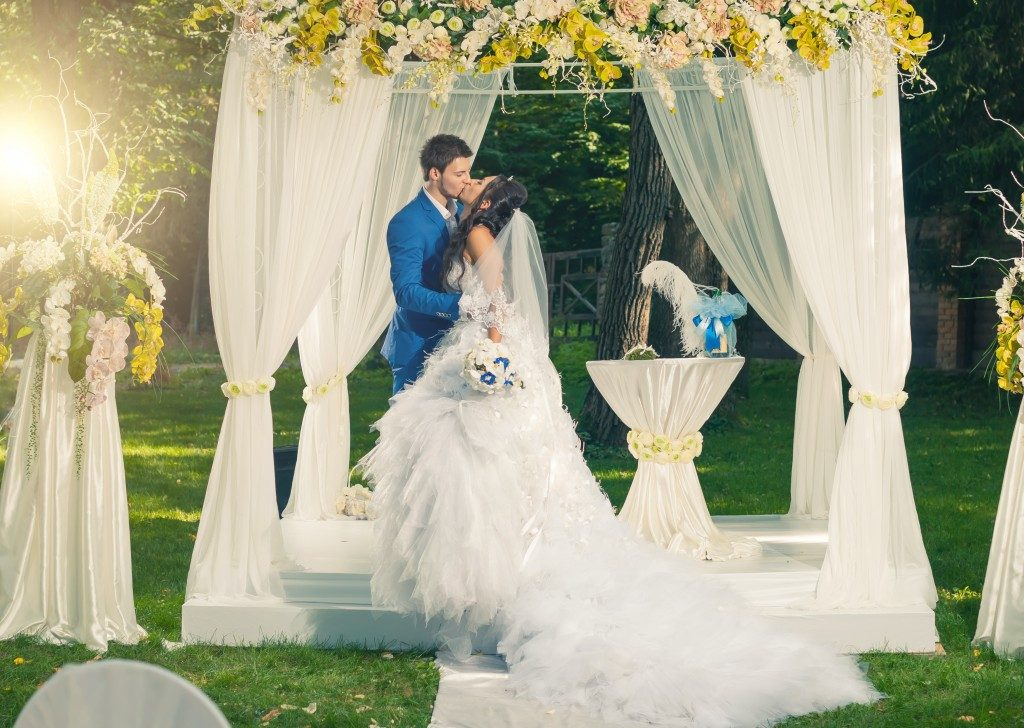 wedding photo groom and bride kissing